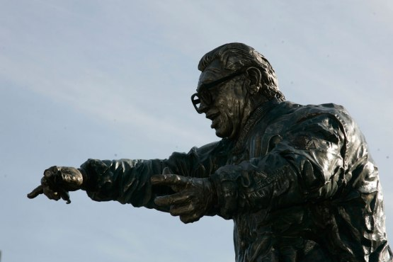 HARRY-CARAY-STATUE-061306-900